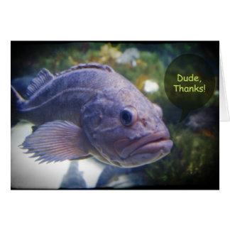 Los pescados de las gracias del tipo con la tarjeta de felicitación
