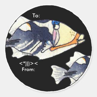 Los pescados del disparador del dibujo animado pegatina redonda