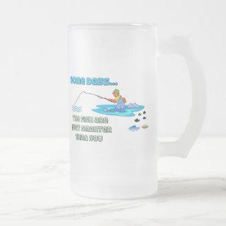 Los pescados divertidos del humor de la pesca de taza de cristal
