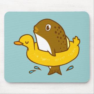 Los pescados en el anillo de la natación del pato tapetes de ratones