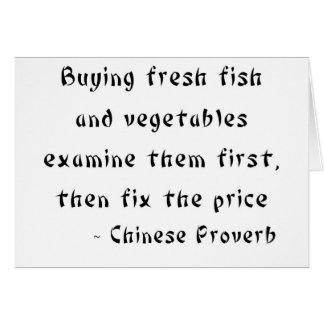 Los pescados frescos y las verduras de compra los  tarjeta de felicitación