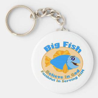 Los pescados grandes creen en dios llavero redondo tipo pin