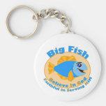 Los pescados grandes creen en dios llaveros personalizados