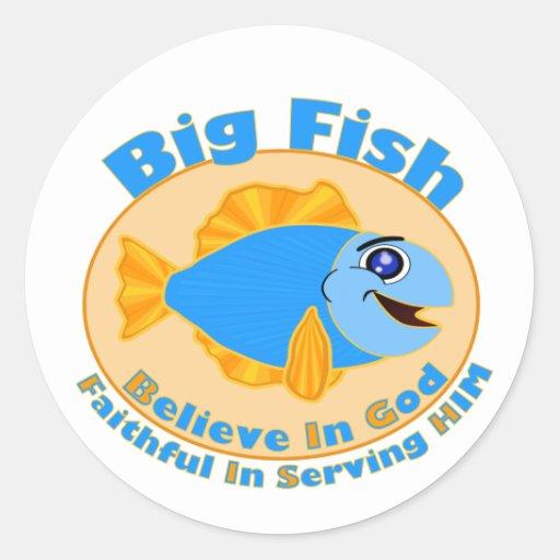 Los pescados grandes creen en dios pegatina redonda