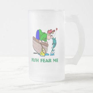 Los pescados me temen taza divertida de la pesca