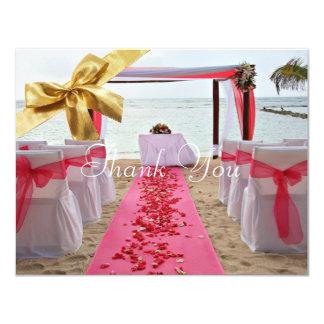 Los pétalos color de rosa en el boda de la invitación 10,8 x 13,9 cm