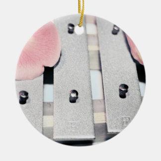 Los pétalos color de rosa en el metal Belces se Adorno Navideño Redondo De Cerámica