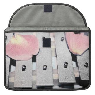 Los pétalos color de rosa en el metal Belces se de Fundas Macbook Pro
