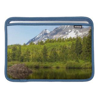 Los picos de montaña reflejan en una charca del fundas MacBook