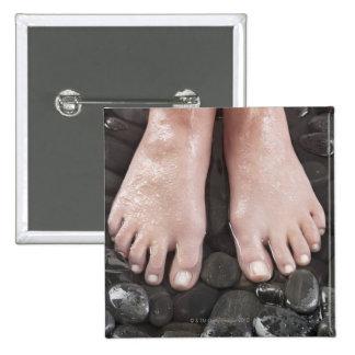 Los pies de la mujer en los guijarros pin