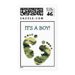 ¡Los pies del bebé del verde caqui del camuflaje e
