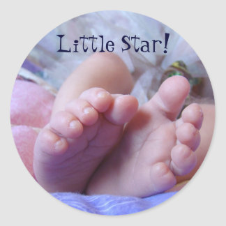 Los pies del bebé tocan con la punta del pie al etiqueta redonda