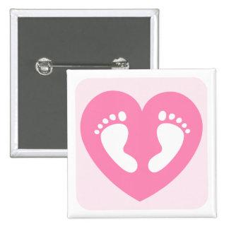 Los pies o las huellas rosados de la niña en coraz pin cuadrado