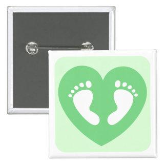 Los pies o las huellas verdes del bebé en corazón  pin cuadrado