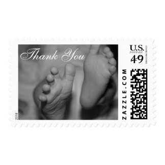 Los pies recién nacidos blancos y negros le timbres postales