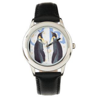Los pingüinos en amor embroman el reloj del acero