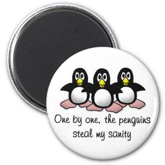Los pingüinos roban mi cordura imán redondo 5 cm