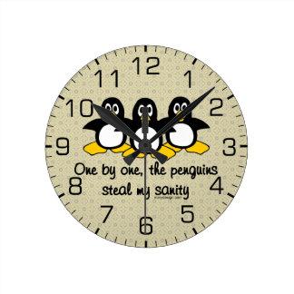 Los pingüinos roban mi cordura reloj redondo mediano
