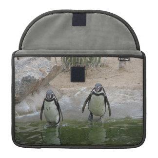Los pingüinos van para una nadada funda para macbooks