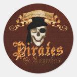 Los piratas van dondequiera pegatinas redondas