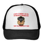 Los polis llevan los armas para protegerlos no ust gorro de camionero