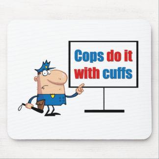 los polis lo hacen con los puños alfombrilla de ratones