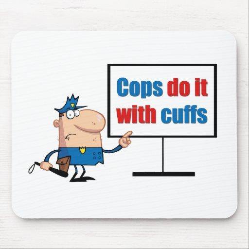 los polis lo hacen con los puños tapetes de ratón