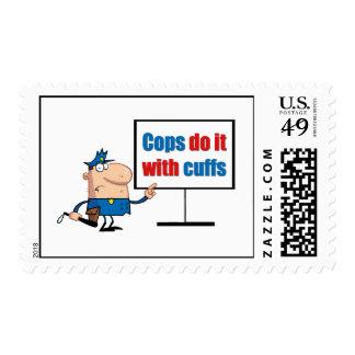 los polis lo hacen con los puños timbre postal