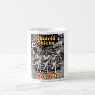 Los polluelos del Ukulele son calientes Taza Básica Blanca