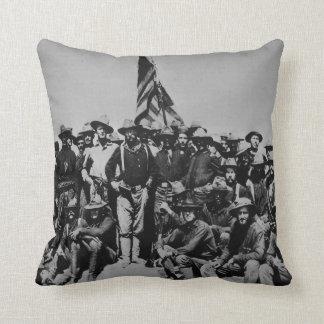 Los potros Teddy Roosevelt Rough Riders 1898 del Cojín Decorativo