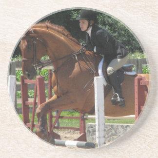 Los prácticos de costa de salto del caballo posavasos diseño