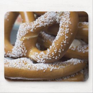 Los pretzeles enormes del vendedor ambulante de tapetes de ratón