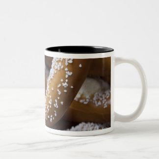Los pretzeles enormes del vendedor ambulante de taza de dos tonos