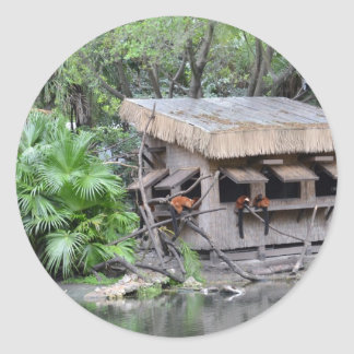 los primates en estilo del tiki monkey la choza en etiquetas redondas