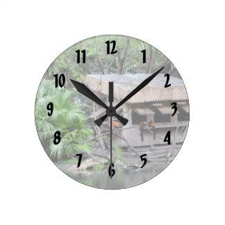 los primates en estilo del tiki monkey la choza en reloj redondo mediano