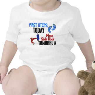 Los primeros pasos significan hoy karate del compi trajes de bebé