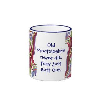 los proctologists empalman hacia fuera chiste tazas de café