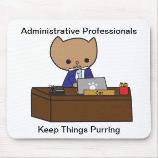 Los profesionales administrativos guardan cosas el alfombrillas de raton