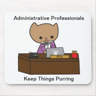 Los profesionales administrativos guardan cosas el alfombrillas de ratón