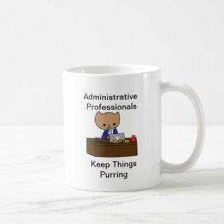 Los profesionales administrativos guardan cosas el taza básica blanca