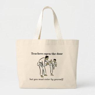 Los profesores abren el bolso de la puerta, muchac bolsa tela grande