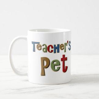 Los profesores acarician colorido taza