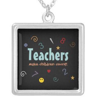 Los profesores hacen los niños el collar de la cue