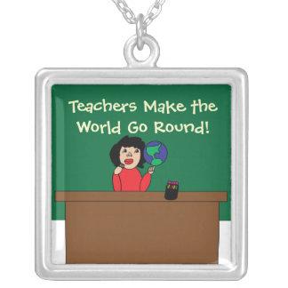 Los profesores hacen que el mundo va alrededor del collar plateado