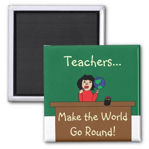 Los profesores hacen que el mundo va alrededor del imán cuadrado