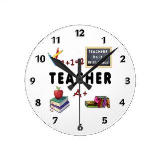 Los profesores lo hacen con la clase relojes de pared
