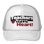 Los profesores tienen camisetas y pegatinas del co gorros bordados