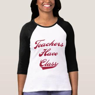 Los profesores tienen camisetas y regalos rojos de