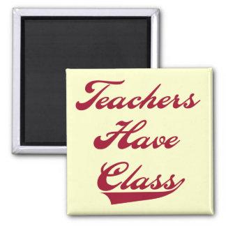 Los profesores tienen camisetas y regalos rojos de imán cuadrado