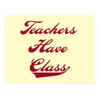 Los profesores tienen camisetas y regalos rojos de postal